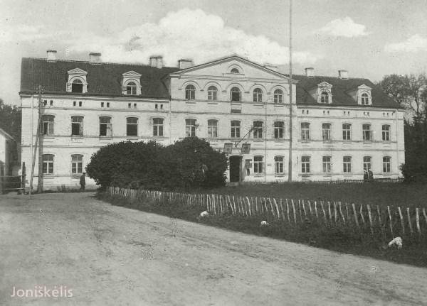 Šiame name Pirmojo pasaulinio karo metu (1915-1918) buvo vokiečių įteigtos Joniškėlio apskrities (Kreiss) administracija.