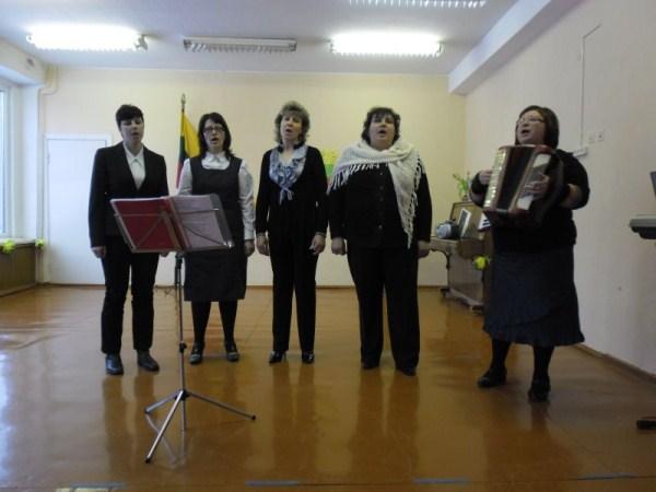 Dainuoja Nakiškių bendruomenės ansamblis. Vadovė N. Stepulienė