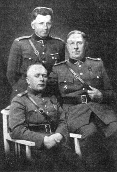 Joniškėlio apskrities apsaugos štabas 1919 m. Sėdi pulk. ltn. A. Stapulionis
