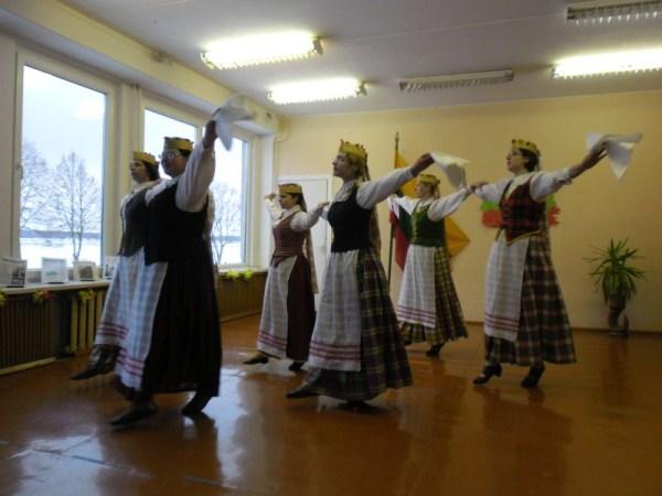 Šoka Joniškėlio moterų šokių kolektyvas, vadovė V. Šeškienė.