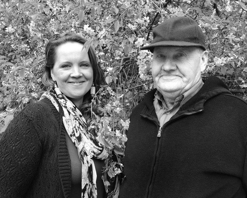 Su tėčiu Julijonu Lukoševičiumi mylimos močiutės Anzelmos Lukoševičienės sodyboje Pamažupiuose.