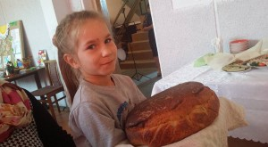 2. Šventinė duonelė iš vaikučių rankų